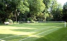 kort tenisowy w ogrodzie